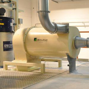Högeffektcyklon PDHC special i närbild installerad i airlaidanläggning för materialhantering av fluffigt stoft