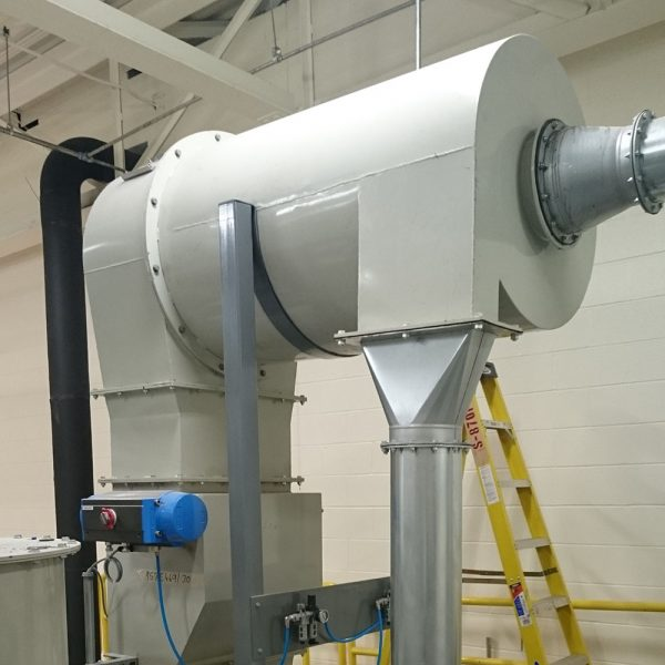 Högeffektcyklon PDHC special installerad i airlaidanläggning för materialhantering av fluffigt stoft kopplad till klaffspjäll SSKA