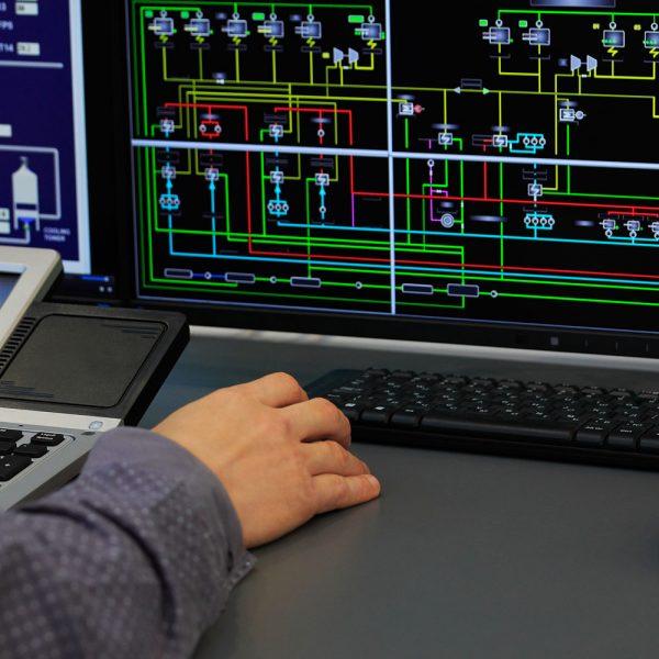 Stora anläggningar har ofta ett samlat kontrollrum. Där kan ITK Envifronts styrsystem enkelt inkluderas till en komplett styrning.